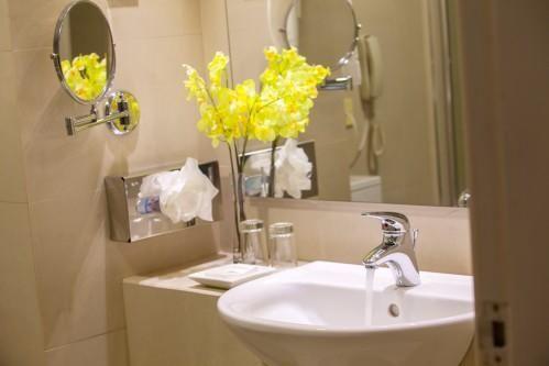 Louis Imperial Beach – Bathroom